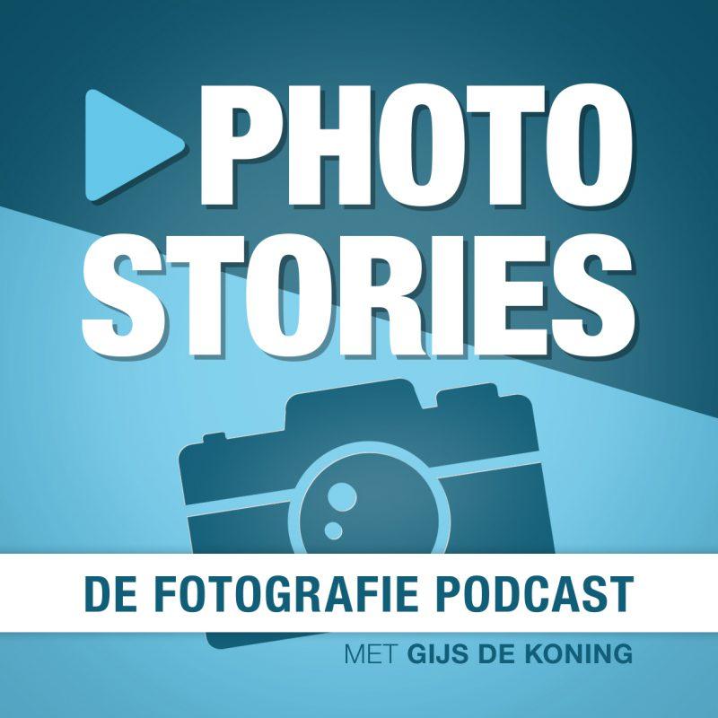 Podcast artwork van Photo stories. Je ziet groot de titel en een getekende camera op de achtergrond, in het blauw. De ondertitel is de Fotografie Podcast