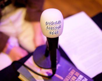 Podcastfestival microfoon met zeer mooie plopkap er op