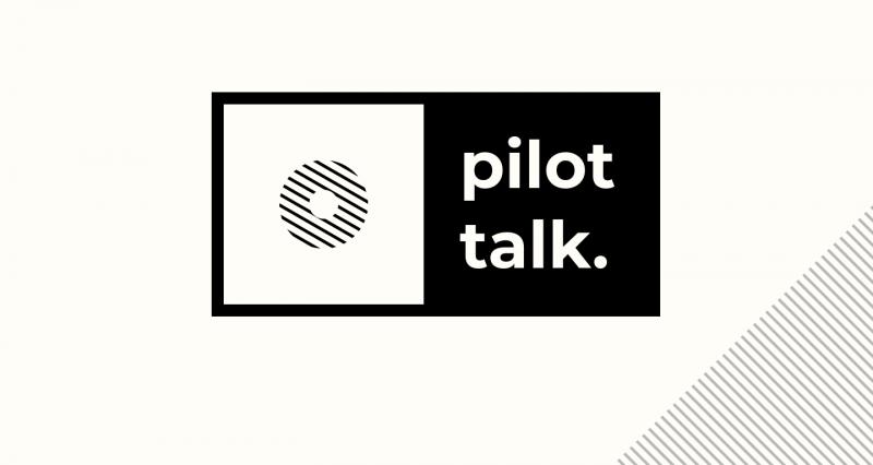 podcast artwork van logo van Pilot talk in zwart wit