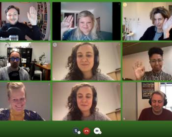 Screenshot van een videovergadering waar alle bestuursleden aan deelnemen