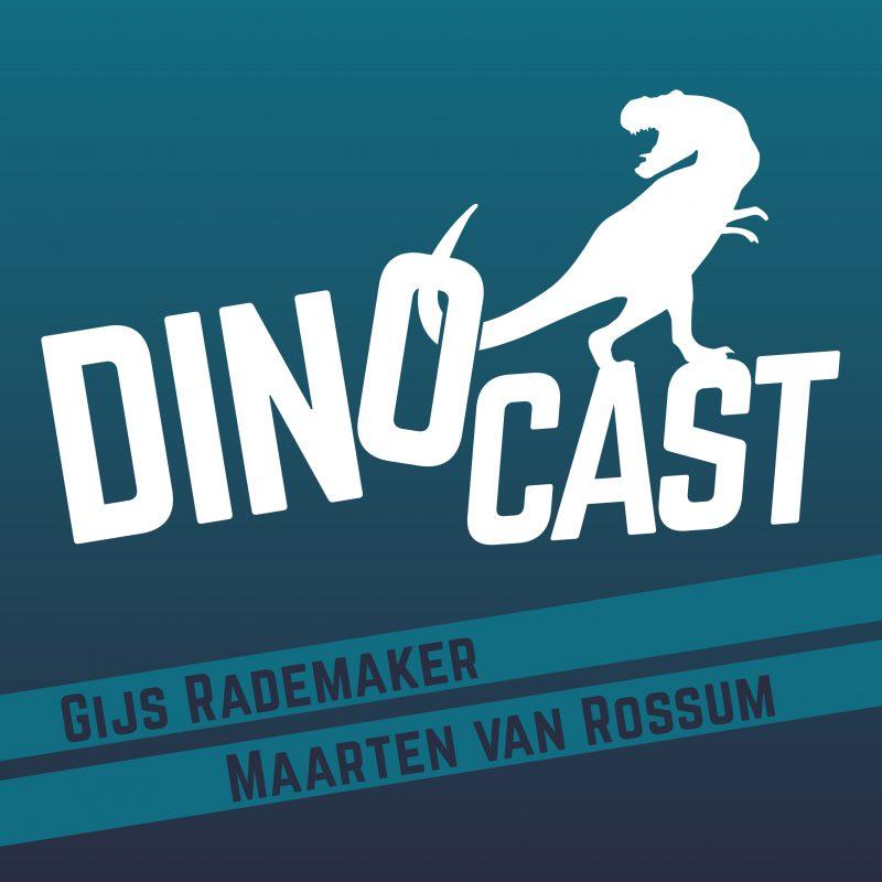 Dinocast logo, je ziet de titel in wit waarin een dino met zijn staart de o optilt. Onderaan staat Gijs Rademaker, Maarten van Rossum. Een blauw turkooise achtergrond