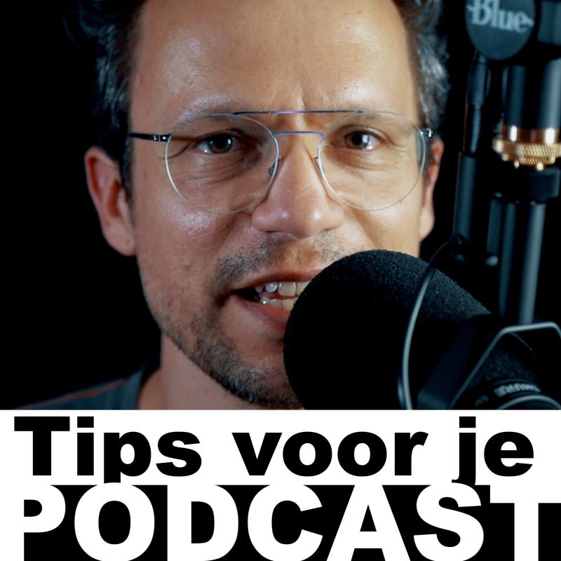 je ziet Gijs in de achtergrond met bril, op de voorgrond een microfoon en daar weer voor in zwart wit de titel Tips voor je Podcast