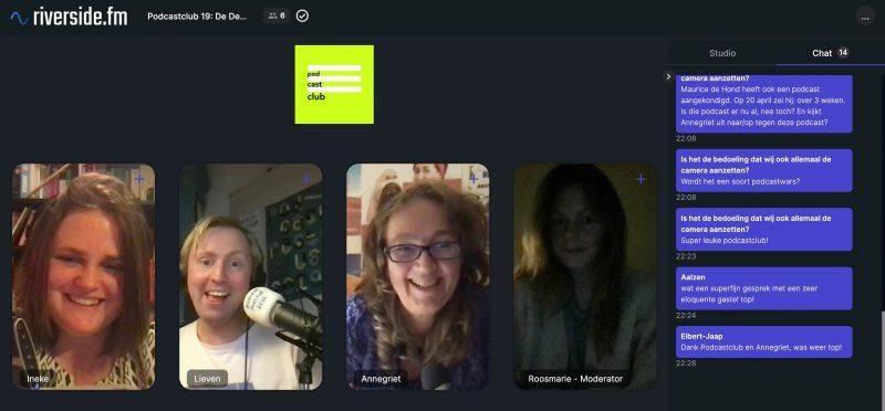 Screenshot van remote opname programma Riverside. Bovenaan in groen het podcastclub logo, rechts Ineke dan Lieven, daarnaast Annegriet en Roosmarie. Rechts daarvan in paars de chat