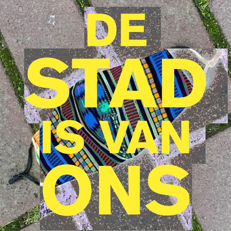 De Stad is van Ons Artwork, je ziet de titel in geel en op de achtergrond stoeptegels en een illustratie