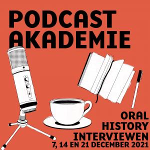 Artwork Podcastakademie. Tegen een roodroze achtergrond zie je een getekende microfoon, een kopje koffie en een boekje